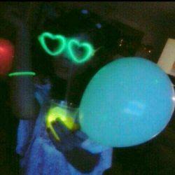 خیلی حال داد تولد دوستم بود همه چیزش شبرنگ بود حتی یخ های شربتش از بادکنک گرفته تا عینک خلاصه خیلی حال داد^ - ^