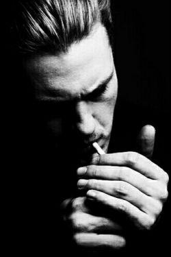 سیگار دیگری روشن كن !  ریه های سالم به چه دردم می خورَدْ  وقتی دیگر نمی توانم  در هوایِ تو نفس بكشم !