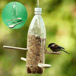 پرندگان در پاییز و زمستان از بی غذایی میمیرند . با این وسیله ی بسیار ساده ( اگر هم امکان درست کردن این وسیله رو نداشتید کمی خرده نان دم پنجره ) به آن ها کمک کنیم . همانطور که خداوند فرمود به دیگران کمک کن تا به تو کمک کنم