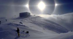 """یک مهندس مکانیک به نام """"کال سنترگن"""" هنگام اسکی در کوه های آلپ در اتریش این هاله تماشایی خورشید را ثبت کرده است."""