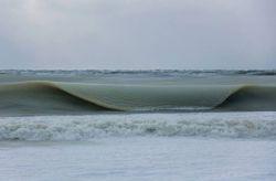 به خاطر سرمای شدید در جزیزه نانتوکت در آمریکا موج های اقیانوس به صورت یخاب به ساحل نزدیک می شوند.