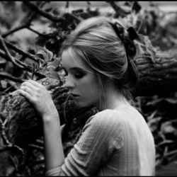 شبـــیه مار به دور خودم گره خوردم/تو جان تازه گرفتی من از تو افسردم،،هزار بار زمین خوردم و بلند شدم/هزار بار شکفتم، دوباره پژمردم/سرم به سنگ ندامت،دلم به غم خو کرد/شکستم و به صدای سکوت پی بردم/چه لحظه ها که از اندوه و عشــق آکندم/چه روزها که از این روزگار آزردم/همیشه را ه به پایان نمی رسد اما/منی که آخر خـــــــــــــطم چگونه برگردم ؟/چه خوب می شد از آخر شروع می شد درد/که ابتدای رسیدن به درد می مُردم.