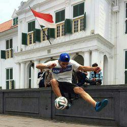 احسان موسوی قهرمان فوتبال نمایشی ایران در حال تمرین و آماده شدن  در مسابقات قهرمانی آسیا در اندونزی، به امید موفقیت احسان عزیز منتظر اخبار و ویدیو های پرهیجان احسان باشید #فوتبال #قهرمان #ورزش #حامی #اینترنت #پارس_آنلاین #فوتبال_نمایشی #parsonline
