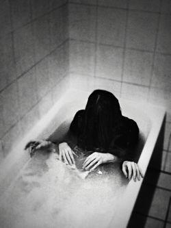 خـاطرات ُ میریزی تو یه جـای ِ دور .. یه جـایی ک ِ دیگـه دَستت نـرسه ، هیچ اَحـدی نتـونه بگه فکـرت نَجـسه  »»» rOsHa !