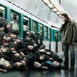 بعضیا رو پله برقی مترو یه جوری ژست میگیرن میان پایین           انگار پروازشون همین الان مستقیم از نیویورک نشسته   گلابی بجمب بابا مترو رفت...ジ