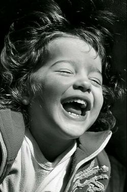 گودی گونه هایت ,دیوان اشعار من است  ..که شاه بیت غزلهایش  لبخند توست