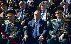 رئیس جمهور قزاقستان  Nursultan Nazarbayev و جمعی از کهنه سربازان جنگ جهانی . رژه امسال