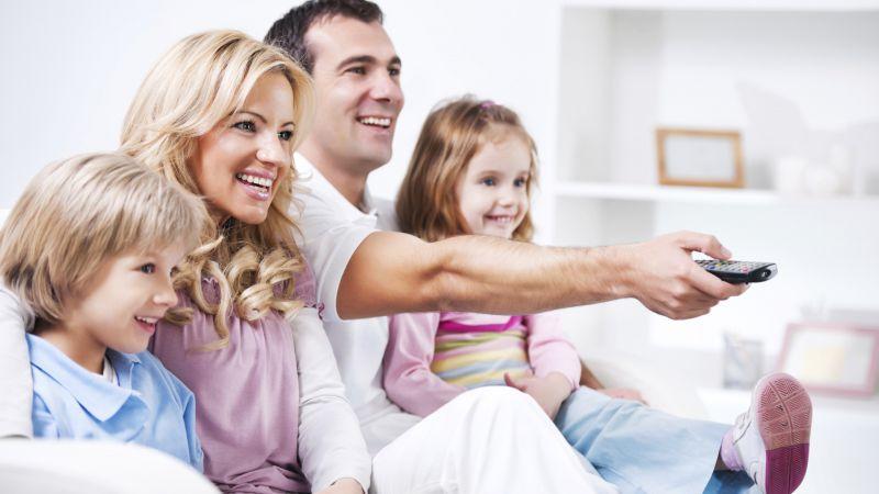 تلویزیون را خاموش کنید ، با خانواده تان صحبت کنید ، از دغدغه هایشان آگاه شوید ، به آنها کمک فکری دهید   بودن تلویزیون در خانه اجباری است ، ولی تماشای بی رویه آن می تواند شما را از نزدیکانتان دور نگه دارد  #روز#جهانی#تلویزیون#پیشگامان#اینترنت#پر سرعت#