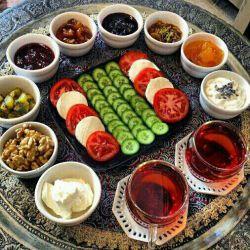 بفرماییدیک صبحانه کامل،همیشه صبحانه را کامل میل کنیدبه یک پزشک سنتی صبحانه میخ بدن است