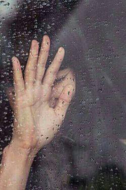 بازم زیر بارون،باچشم های گریون،بالبای خندون..اشک بهر از دلِ خون،خنده شکر خدا جون..بازم بارش بارون،بی دغدغه آروم،بازم قدم زنان هی گیج وسرگردون..تنفسی آرام،قلبی بی تپش وناکام،همچنان زندگی باید کرد..باز هم بگذرون..ای چرخ گردون..(Eli).