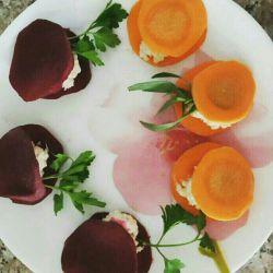 میان وعده گیاهی  لبو و هویج را گرد میبریم بعد لای آنها پنیر با سبزی مورد علاقه میل کنید