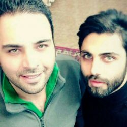دوستان عزیز شما میدونید ایشون که کنار اقا احسانه کین ؟؟ هر چی فکر کردم یادم نمیاد اسمشون رو !!!!