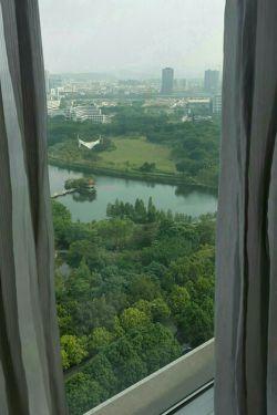 رو به زیبایی از داخل اتاق هتلی در شن زن چین