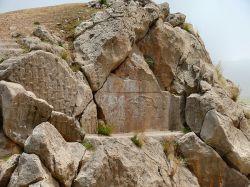 """نقش برجسته کورنگون در سال 1300 به وسیله """"بارون افن هم"""" کشف و در سال 1303 توسط پروفسور """"ارنست هرتسفلد آلمانی"""" مورد کاوش علمی باستانشناسی قرار گرفت و قدمت تاریخی آن به 2400 سال پیش از میلاد مسیح یعنی یک هزاره پیش از ورود آریاییها به فلات ایران برآورد شد."""