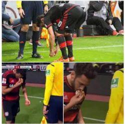بازیکن مسلمان بایرلورکوزن تکه نانی را که طرفداران شالکه به سمت او پرتاب کردند، بوسید و در کنار زمین قرار داد.