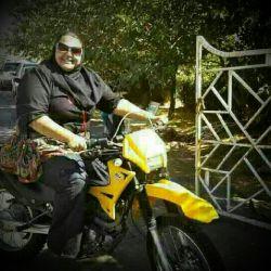 چقدرموتور بهش میاد. آیا موتور سواری  زن تو ایران آزاده؟