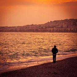 وختی ک دل تنگ میشما...  همراه تنهاایی مییرم...  داغ ه دلم تازه می ش ه...  زم زمه های ه خوندم...  وس وس ه های موندم...  با تو هم اندازه میشه....  قده هزارتا پنجره تنهایی عاواااز میخو نم... دارم با کی حرف میزنم  ؟؟؟... نمیدون م نمیدون م....  این روزا دنیا واس ه من...  اااز خونمون کوچیک تره....  کاش میتونستم بخونم قده هزارتا پنجره....  حال ااا ک دل تنگییی داره...  رفیق ه تنهاییم میش ه کوچ ه ها نا ریفق شدن -_- Gn Guys