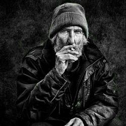 پدر بزرگ مرد... از بس که سیگار کشید... مادر بزرگ ساعت زنجیر دار او را ک همیشه تا لحظه مرگش ب جلیقه اش سنجاق بود ب من بخشید... بعد ها ک ساعت خراب شد.. ساعت ساز عکس دختری را ب من داد ک در صفحه پشتی ساعت مخفی شده بود,, دختری ک شبیه جوانی مادر بزرگ نبود,, .. پیرمرد چقدر سیگار میکشید!!!