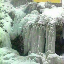 تصویری زیبا از آبشار یخ زده جواهرده