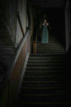 شبْ چراغِ قلبْ گریه خاموش است ... نور سردی از زیر پنجره می وزد... صدای موج آخر از داس مرگ می چکد... غصه، چاشنی همیشگی زنده بودن بود... نخواستنِ بودن، غده ای در مغز، نه جستجویی نه کشفی ... فقط یک سوالِ جاری چرا ...؟