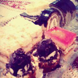 ایناهمون شیرینیاییه که دیروزخریدم