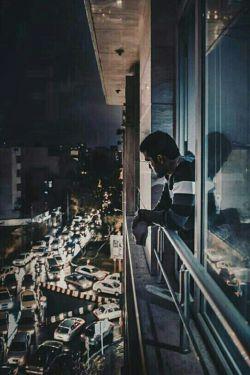 عشق برای مردها همچون یک زخم عمیق می ماند ! به همین دلیل ، بی آن که چراییش را بدانند  از کسی که بیشتر از همه دوست دارند ، می گریزند ! آن ها از این زخم می هراسند این دست خودشان نیست که بی دلیل ، همه چیز را ول می کنند و می روند !
