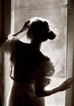 نگرانم نباش... مشت مشت قرص هایم را سر ساعت می خورم... زخم هایم را می پوشم و آرزوهایم را قدم می زنم هنوزم... من خودِ زمستانم... نزدیکیم کافه ایست... دنج... مثل سکوت،ساکت... با یک میز،یک صندلی خالی و یک فنجان بغض،دردهایم را قاب می کنم ؛ تا شعرم بیاید برای کاغذهای بی واژه ی دفترم... وقتی تو نیستی،اندوه بازترین آغوش زمستانی ست... مرا با تمام خاطرات به جا مانده از تو تا خرخره می بلعد... اما تو نگرانم نباش... من خوبم... فقط احساس می کنم کمی مرده ام... همین... نگرانم نباش...! من قرص هایم را سر ساعت می خورم...