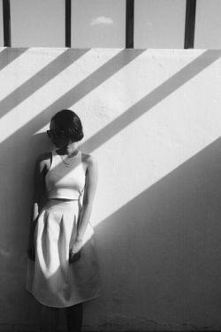 سالهاست که نفس هایم را می شمارم ... کنج اتاقی ،تنهایی را،، نفس می کشم .. تنگی نفس دارم ... اما ریه هایم پر می شود .. از هوای دلتنگی ... دم؛تنهایی و سکوت ،، بازدم ؛دلتنگی و عذاب ....  ▪مصطفی تجلی ...
