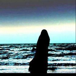 دستهای پینه بسته به چادرم  بغضهاییست که با اسم زهرا(س) گره خورده به باورم ...  قول دادهایم ما به هم  من و چادرم  پیر شویم  پا به پای هم  پای روضههای مادرم ..  بامن بمان چادرم...