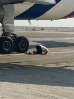 آدم میتونه همه جا نمازش اول وقت بخونه،فرودگاه امام خمینی(ره)، لحظاتی بعد از اذان ظهر...
