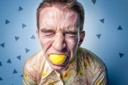 زیاد زور نزن.... پایین نمیره.... از قدیم گفتن لقمه اندازه دهنت بردار.... ک خفه نشی....