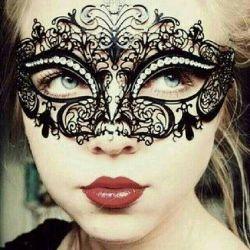 کهنه نقاب زندگی هر شب رو صورتهای ماست،،،،گریه های پشت نقاب مثل همیشه بیصداست