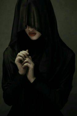 یک لحظه چشم دوخت به فنجان خالی ام آرام و سرد گفت:که در طالع شما..قلبم تپید،باز عرق روی صورتم نشست،گفتم بگو مسافر من میرسد؟و یا..با چشمهای خیره به فنجان نگاه کرد!گفتم چه شد؟سکوت بود و تکرار لحظه ها..آخر شروع کرد به تفسیر فال من...با سر اشاره کرد که نزدیکتر بیا..اینجا فقط دو خط موازی نشسته است،یعنی دو فرد دلشده ی تا ابد جدا...انگار بی امان به سرم ضربه میزدند..یعنی که هیچوقت او نمی آید خدا؟؟گفتم درست نیست،از اول نگاه کن..فریاد زد..بفهم رها کرده او تو را!!!