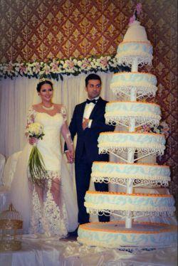 این عروس خانم مهریه ش خونه سه هزارمتری توزعفرانیه تهران،تاج وگلش طلاست،پنچ میلیون تومان لباسشه،چهارشب هم عروسیش بوده... خدابده شانس والا