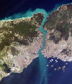 تنگهٔ بُسفُر یا تنگهٔ بوسفور (به ترکی استانبولی: İstanbul Boğazı) باریکه آبی در کشور ترکیه است که دریای سیاه را به دریای مرمره میپیوندد. این تنگه دو قاره اروپا و آسیا را از یکدیگر جدا میکند. شهر استانبول در دو طرف این تنگه قرار دارد. www.roshanygasht.ir