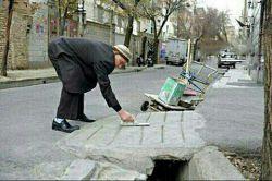 حاج قنبر  88 ساله با گاری دستیش تو خیابونای تهران هر جا که پل نیاز داشته باشه پل درست میکنه تا معلولان راحت عبور کنن خدا خیرش بده