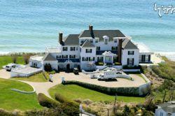 در سال 2013 تیلور سویفت این خانه را که در جزیره رود آیلند واقع شده، به قیمت 17 میلیون دلار خریداری کرد. این خانه 1000 متری که در سال 1930 ساخته شده است، دارای 7 اتاق خواب و 10 سرویس بهداشتی است.