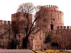 دروازه با شکوهی که در نزدیکی ساحل دریای مرمره که از آن به عنوان دروازه باشکوه شهر استانبول یاد میشد دروازه ای است که پیش از این مختص تشریفات امپراطور بود و همچون مدال افتخاری بین دو برج مرمر قرار داشت  www.roshanygasht.ir