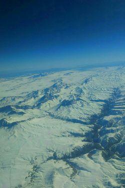 نمایی ازکوه های پوشیده ازبرف برفراز آسمان