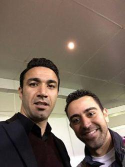 ژاوی هرناندز بازیکن اسپانیایی تیم السد قطر که دیشب شاهد بازی ایران و قطر بود در کنار جواد نکونام در ورزشگاه جاسم بن حمد.