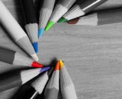 """همه ی مداد رنگی ها مشغول بودند...به جز مداد سفید...هیچ کسی به او کار نمی داد...همه می گفتند: """"تو به هیچ دردی نمی خوری""""... یک شب که مداد رنگی ها...توی سیاهی کاغذ گم شده بودند...مداد سفید تا صبح کار کرد...ماه کشید...مهتاب کشید...و آنقدر ستاره کشید که کوچک وکوچک و کوچک تر شد...صبح توی جعبه ی مداد رنگی...جای خالی او...با هیچ رنگی پر نشد..."""