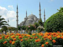 مسجد آبی یا مسجد سلطان احمد، در اوایل قرن ۱۷ ساخته شده و امروزه نیز برای عبادت فعال باقی مانده است. این به این معنی است که بازدید کنندگان نیاز به زمان بندی وقت بازید خود دارند چرا که مسجد در طول روز پنج بار برای نماز به روی توریستها بسته میشود.  www.roshanygasht.ir