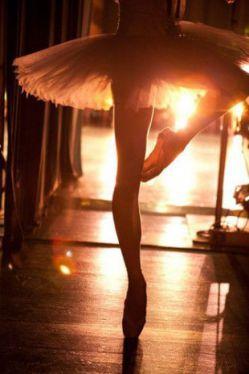 و عشـق مآلیـخولـیـایی سـت مَــغمـوم ، که در ازدحام تنهآیــی رقص بآلــه را میسازد با اندام نحیف و کشیده ات و من رهــبـر سَـمفـونیِ تـک نفره ی قطعــه ی شب تنهآیــی میـنوآزم موسیـقی رقص بآلــه را با اندآم نحیـف و کشیده ات .. و تــوی قویِ سیــآه قوس کمرت را صاف میکنــی ، عشق رآ بهآنه میگیــری ، قطعــه را نمی پسنــدی ، خودت رهـبــر مالیخولیایی میــشوی .. در سکوت بین لبـــهآیت ، در ایما و اشارات اَبــرُوانـت تآنــگوی دونفره اجــــرآ میکنی .. و من مات و مبهوت ، به تماشایـت می نشینم ..♥