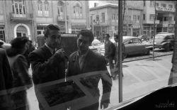 تهران، خرداد سال ۱۳۳۰ - رهگذران در مقابل ویترین کتابخانه آمریکایی ها، روبروی کافه قنادی نادری  زمانی که خیابان نادری (جمهوری) هنوز سنگفرش بود.