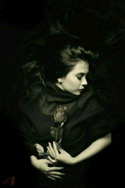 میبرم نامت کنار نام خود تا کنم شیرین به عالم کام خود  من که عالم را به عالم باختم من کنارت جاودانه تاختم  بال و پر را از پرت بگرفته ام عمر و هستی را زدامانو تنت بگرفته ام  من چه گویم از صفا و لطف تو کاش بودی و میکردم کمی من بوی تو   او جوانی داد و عمرش می فروخت روح در من میدمید دل می فروخت  عمر من بود و دلم لبریز او کاش میدیدم دوباره روی او