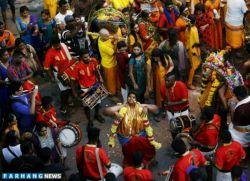 معتقدین به مذهب هندو در چنین زمانی در سال برای سپاس گذاری از خدای هندوها دست به اقدامات عجیبی می زنند. تصاویر فوق توسط راشاتودی منتشر شده است.