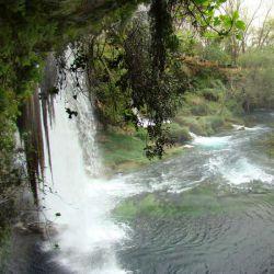 آبشاردودن در شهر آنتالیا ترکیه و در 28 کیلومتری جاده قدیم آنتالیا - بوردور واقع شده است.سرچشمه این آبشار دو چشمه جوشان بنام پینارباشی در منطقه کیرک گوزلر در 40 کیلومتری آن است .