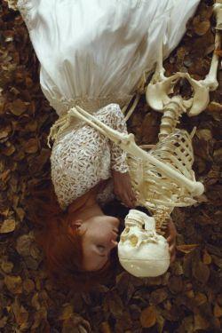 """در جهانِ تـهی از عشق نمـی مانم چـون در جهانِ تـهی از عشق نمـی باید زیسـت  دهـخدا تجـربه عشق ندارد ورنـه معنی """"مرگ""""و """"جدایی"""" به یقین هردو یکیست..  #بهمن_کاظمی♥"""