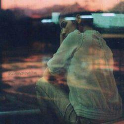 هـــر کــﮧ آیــد گــوید   گریــﮧ کــن، تسکین است   گریـﮧ آرام دل غمگین است   چند سالے اســت که مــن مے گریــم   در پے تســکینم   ولے اے کــاش کسی مــی دانــست   چـــند دریـــا   بیـــن مــا فاصلــﮧ اســـت   مــن و آرام دل غمــگیـنم
