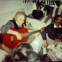 مهدی اخوان ثالث در حال گیتار زدن در یک محفل ادبی، با حضور هوشنگ گلشیری
